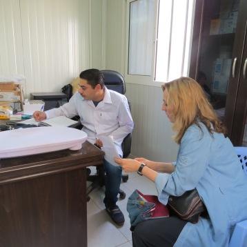 Besprechung mit dem Arzt über Behandlungsfälle