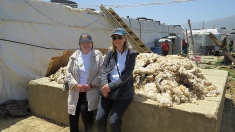 auf dem Brunnenpodest lagert noch die Schafswolle